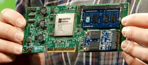 A mikroszerver egy lapkára integrált energiatakarékos processzorból és egységekből áll.