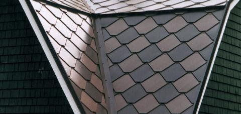A műanyag tetőcserép és pala tartós és dekoratív is egyben