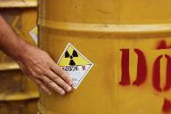 A radioaktív hulladék egyelőre hordókba kerül...