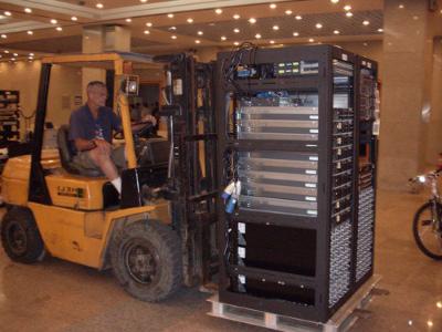 A szerverek költöztetése, szállítása és beüzemelése magas költségekkel jár egy olcsó VPS-hez képest.