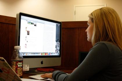 Sok munkahelyen nem megengedett a facebook, persze hiába.